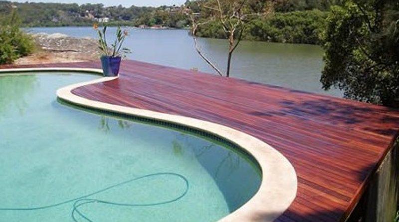 decking kayu di sampaing kolam