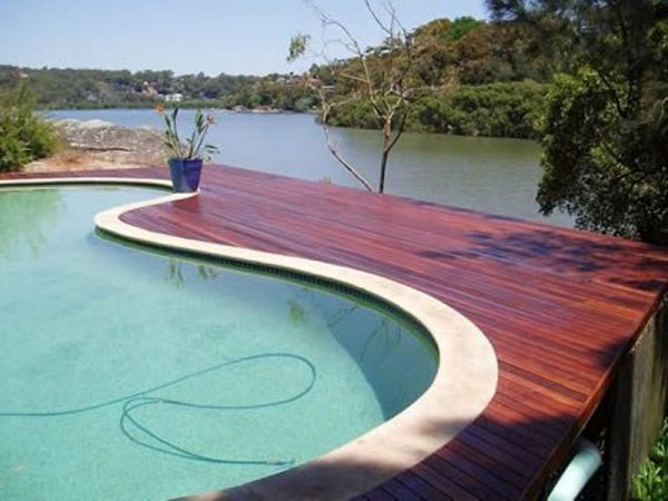 decking kayu di sampaing kolam