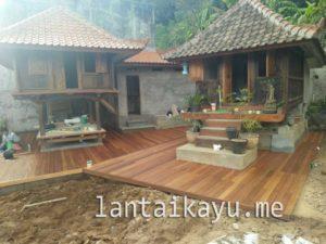 pemasangan lantai kayu bengkirai di villa Bali