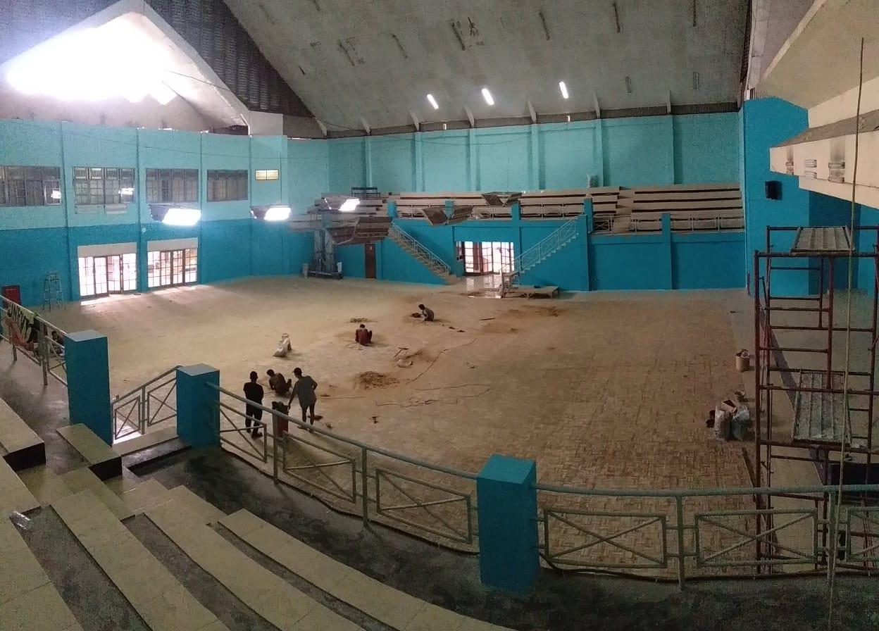 Pemasangan lantai kayu Mozaik Jati sarana olahraga