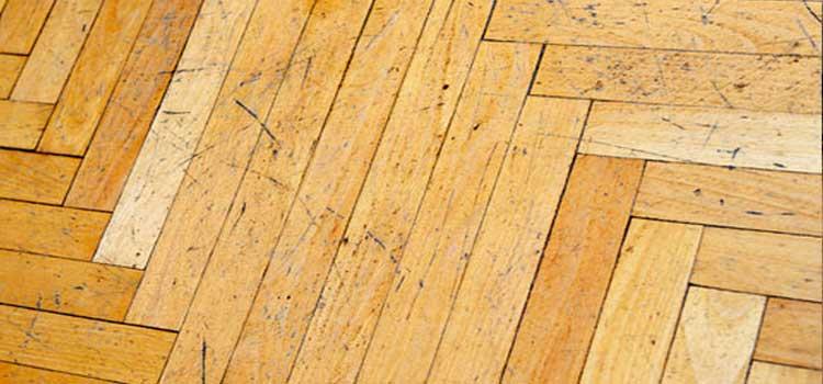 hindari kelembaban lantai kayu