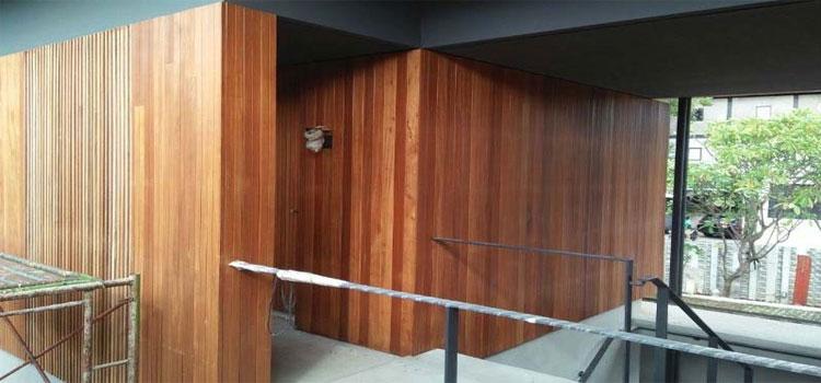 pemasangan dinding kayu ulin