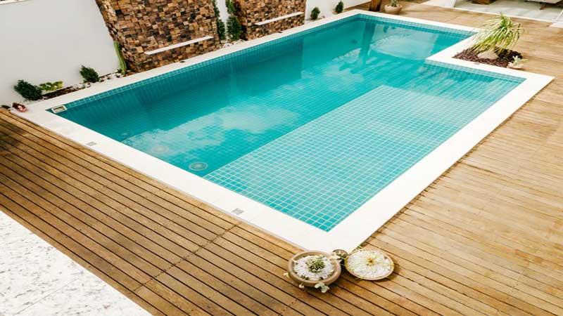 decking kayu tepi kolam renang