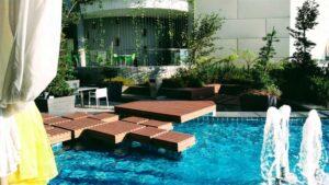 plus minus lantai kayu outdoor samping kolam renang