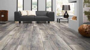 Lantai kayu laminated atau laminasi pada desain rumah sempit