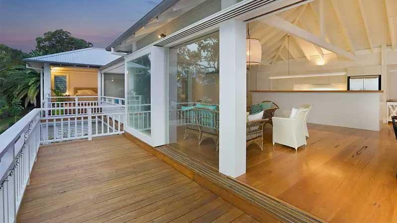sebuah villa menggunakan lantai kayu